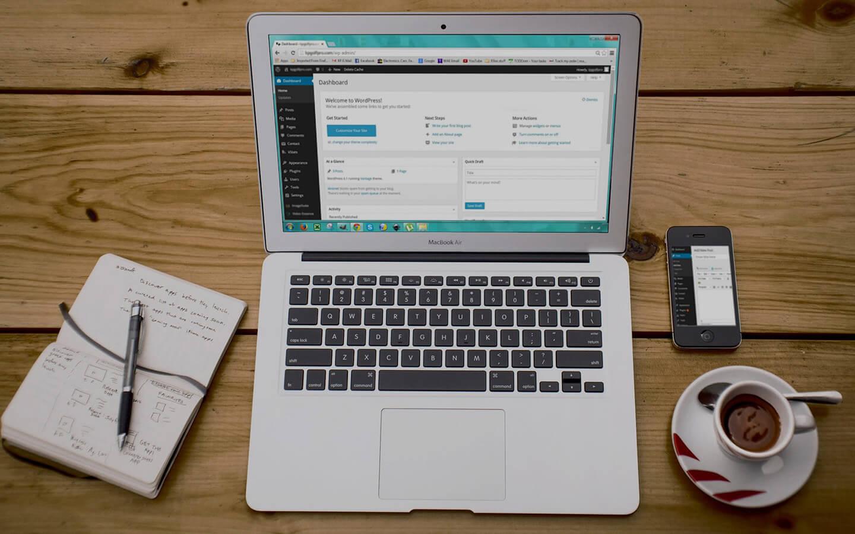 Zilverkleurige laptop met WordPress-dashboard