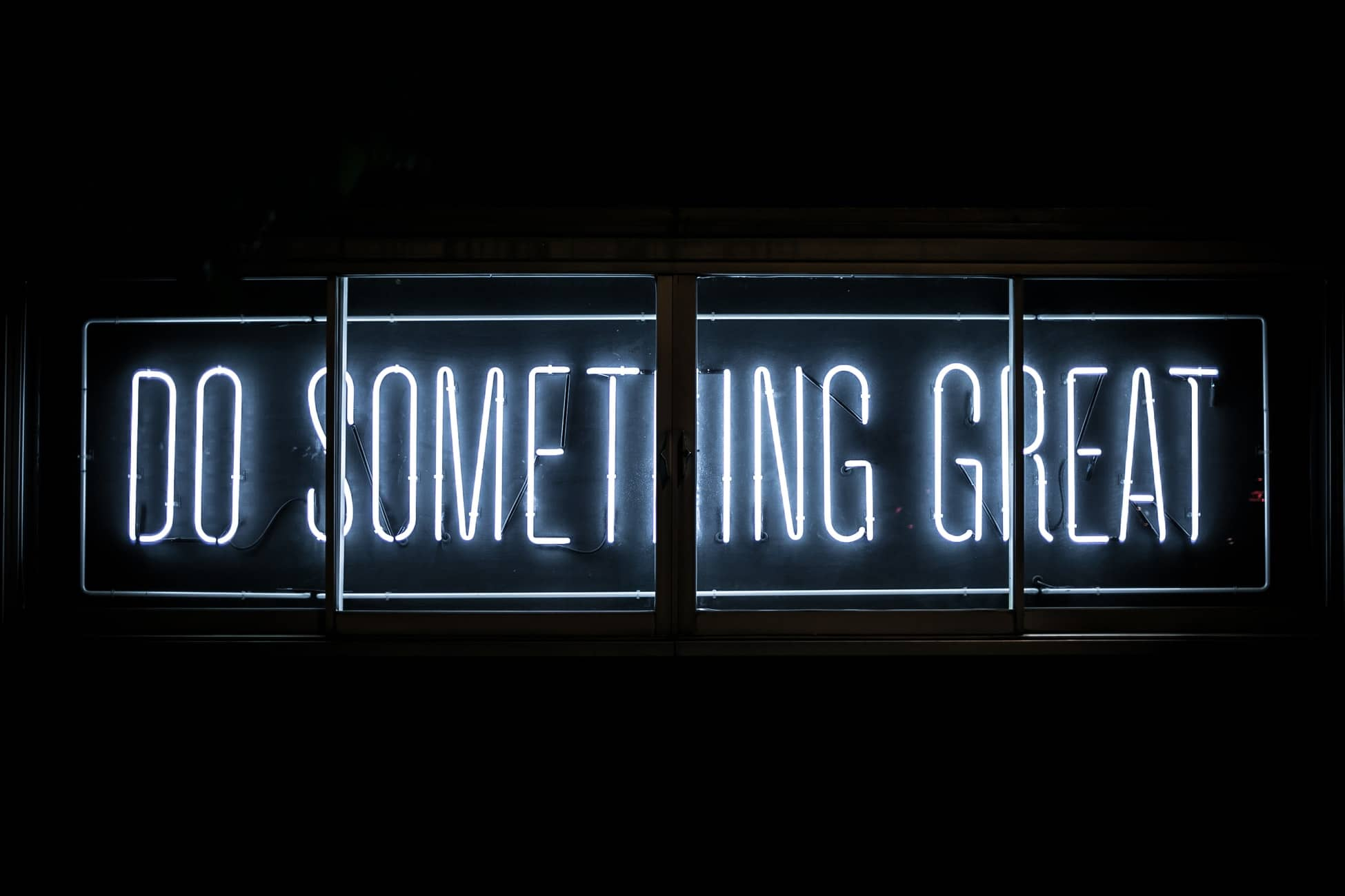 Neonletters met tekst Do Something Great